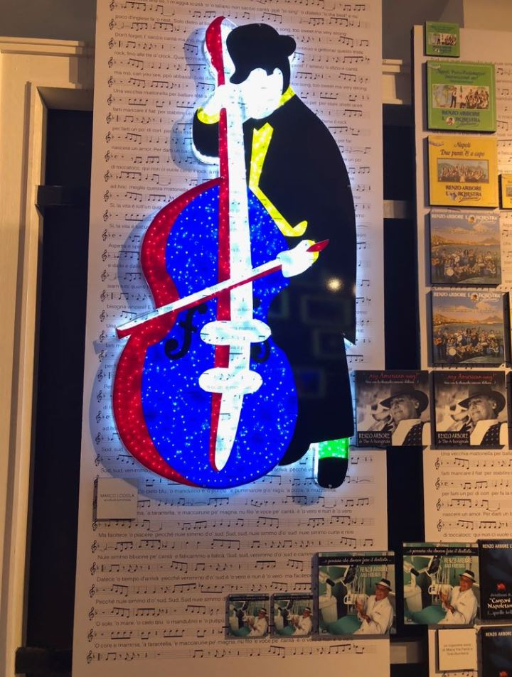 Marco Lodola, opera luminosa alla mostra di Renzo Arbore a Napoli.