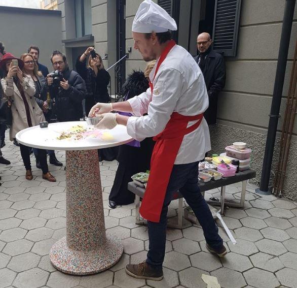 Creative Chef all'opera su un piano di design. In questa foto sta realizzando un piccolo buffet di cibo da cui attingere.