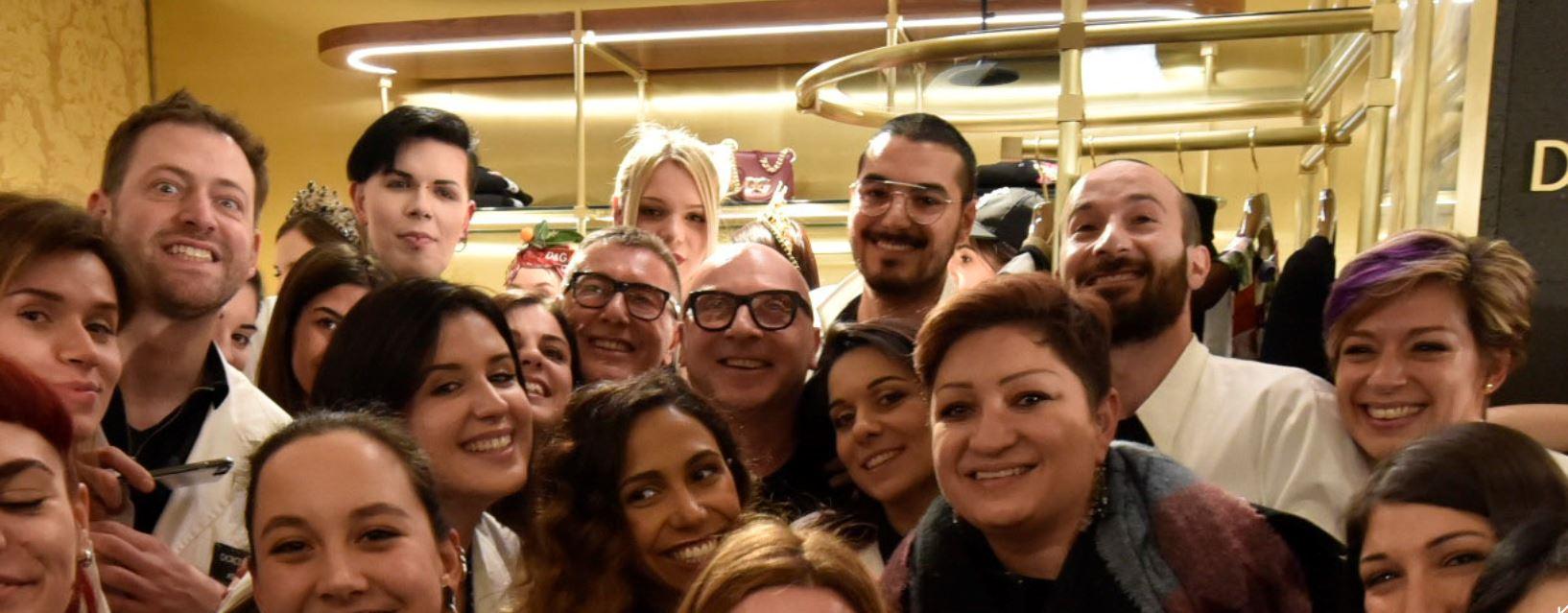 Stefano Gabbana e Domenico Dolce non si sono sottratti al selfie di gruppo con gli studenti a La Rinascente.