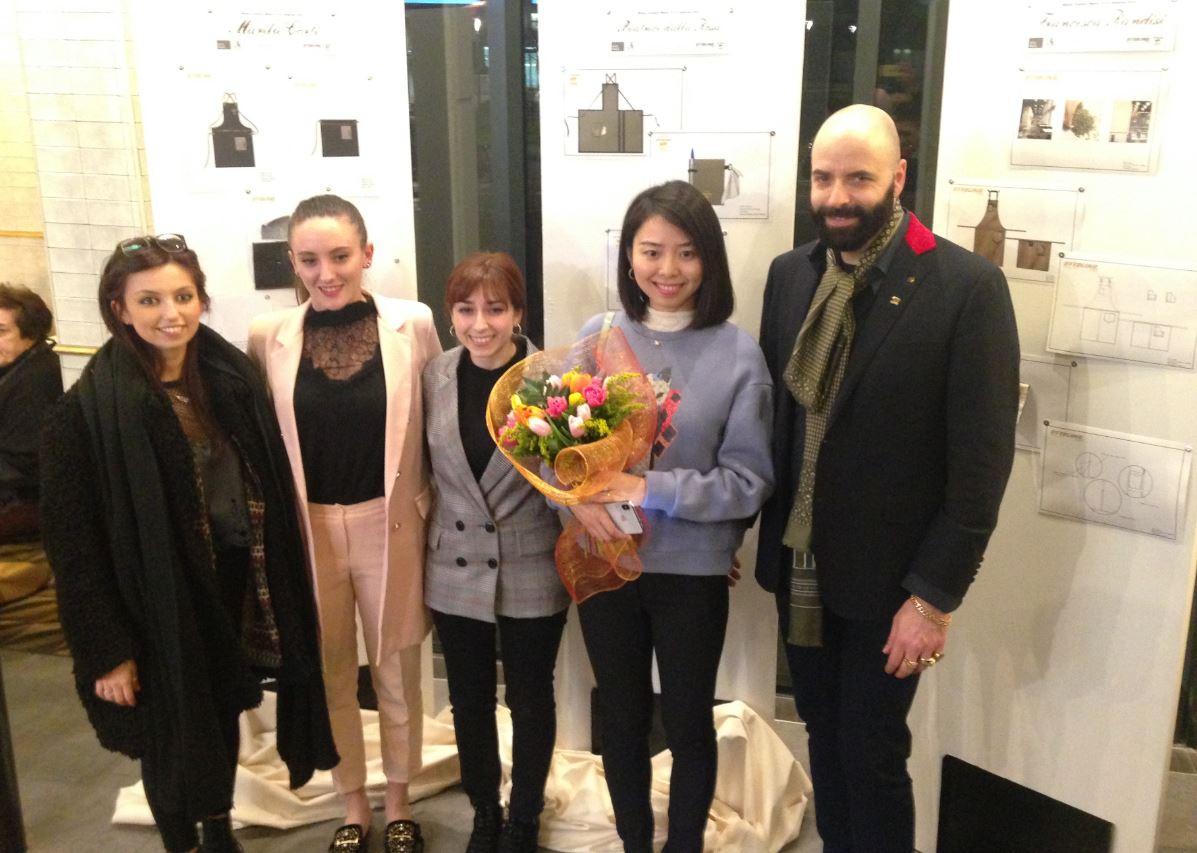 Il direttore creativo di Maryling con le finaliste del concorso di Ottolina Caffè.