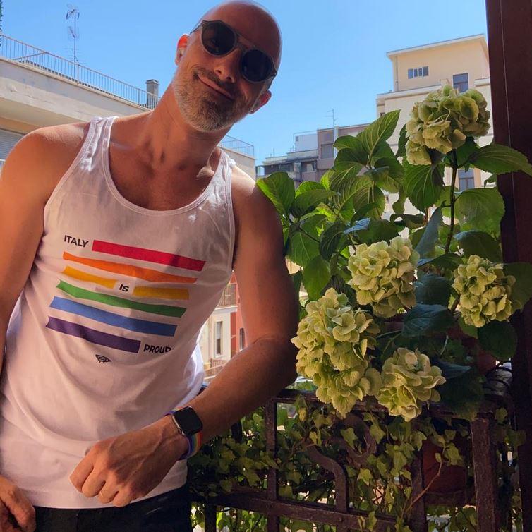 Fabio Marelli è un sostenitore dei diritti civili, attivista del mondo gay. Ha presentato il Pride di Milano nel 2018 con Drusilla Foer e Jo Squillo.