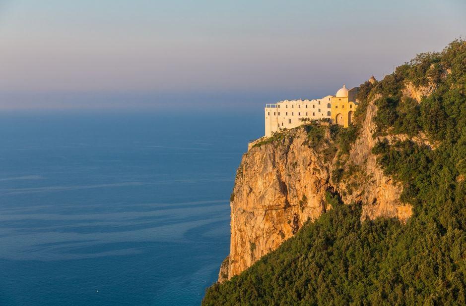 Tra natura, sicurezza e lusso il distanziamento è davvero garantito al Monastero Santa Rosa in Costa D'Amalfi. Nato già come luogo di ritiro spirituale.